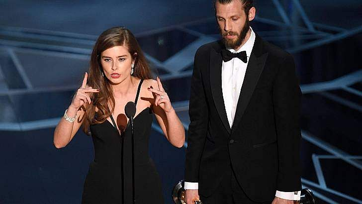Rachel Shenton uses sign language to deliver acceptance speech