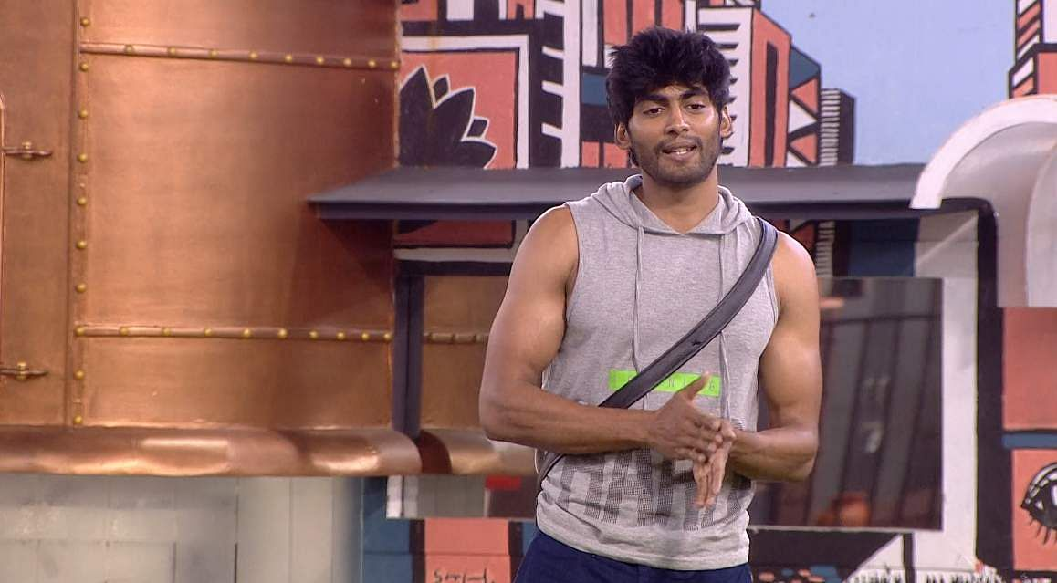 10Bigg Boss Tamil 3 - Kasturi breaks down. Cheran to talk to Kavin about relationship with Losliya in the next episode.