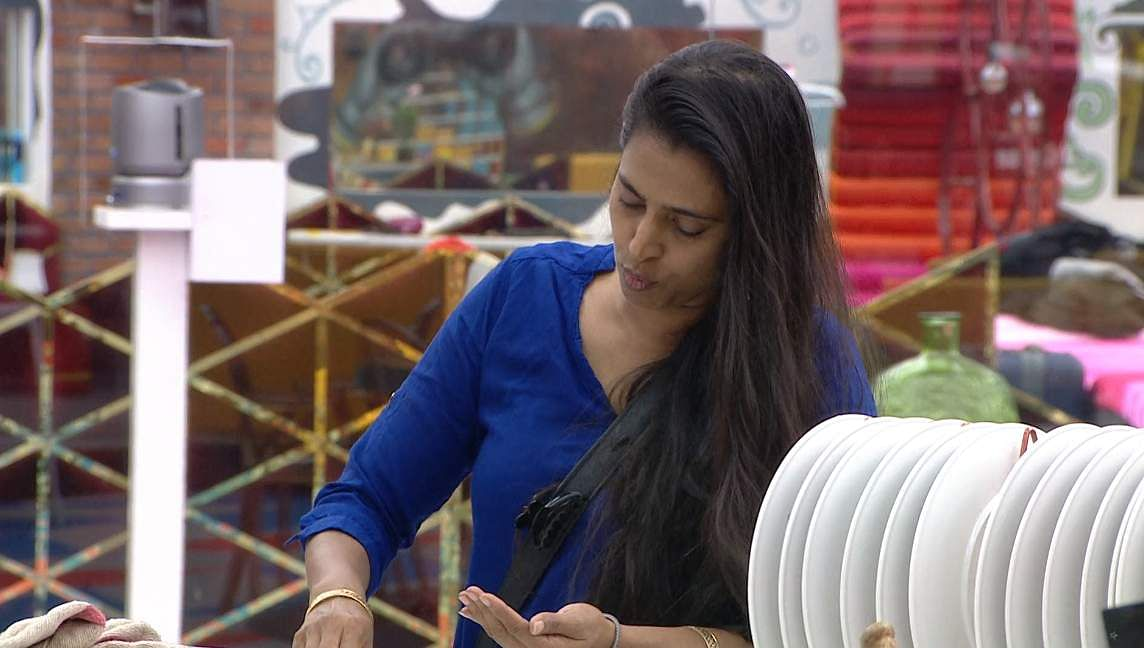 2Bigg Boss Tamil 3 - Kasturi breaks down. Cheran to talk to Kavin about relationship with Losliya in the next episode.