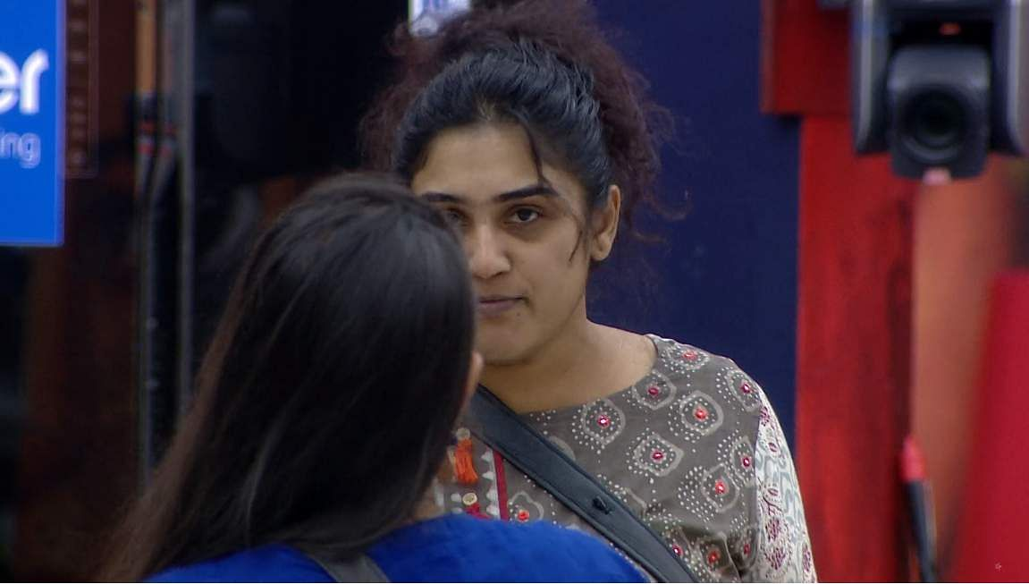 3Bigg Boss Tamil 3 - Kasturi breaks down. Cheran to talk to Kavin about relationship with Losliya in the next episode.