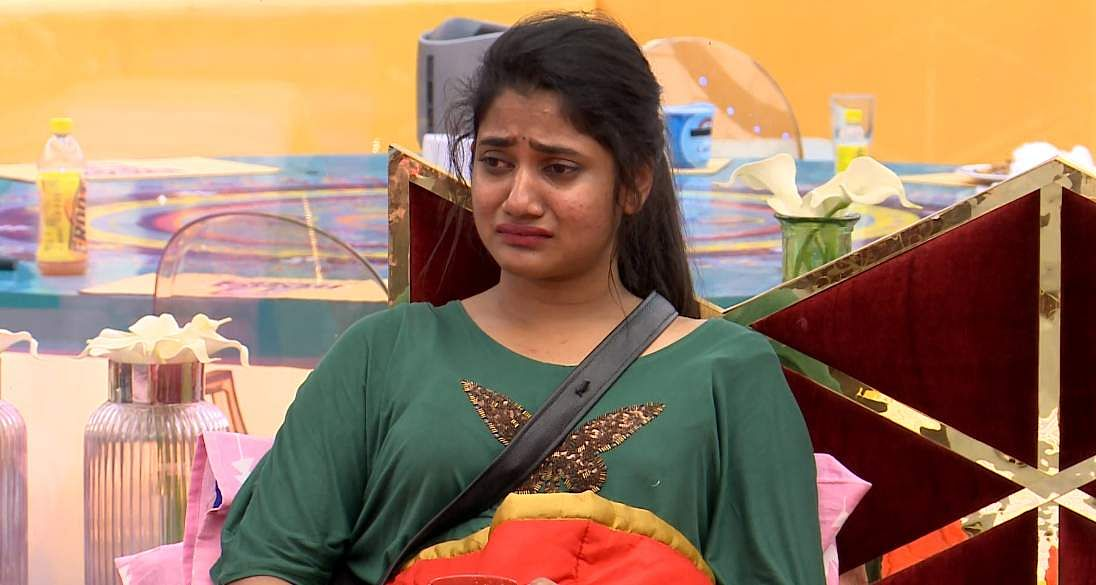 CaptureBigg Boss Tamil 3 - Kavin exits the Bigg Boss house voluntarily leaving Sandy and Losliya in tears