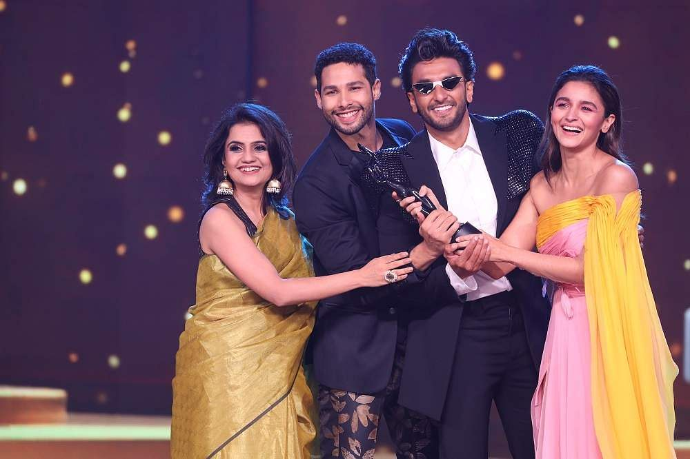 65th_Amazon_Filmfare_Awards_2020_-_Gully_Boy_cast_winners_pose_with_The_Black_Lady