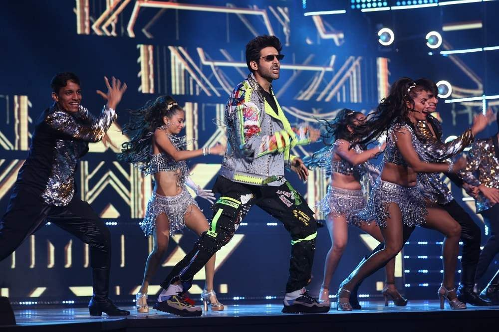 65th_Amazon_Filmfare_Awards_2020_-_Kartik_Aaryan_performing_on_a_medley_of_retro_and_latest_beats