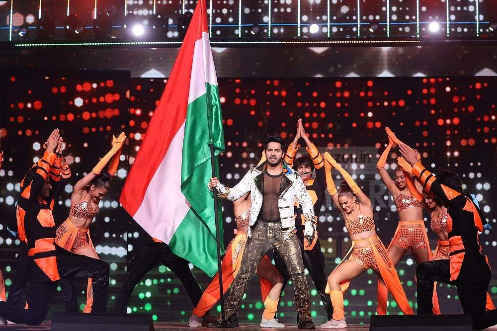 65th_Amazon_Filmfare_Awards_2020_-_Varun_Dhawan_in_an_action-packed_performance_(3)