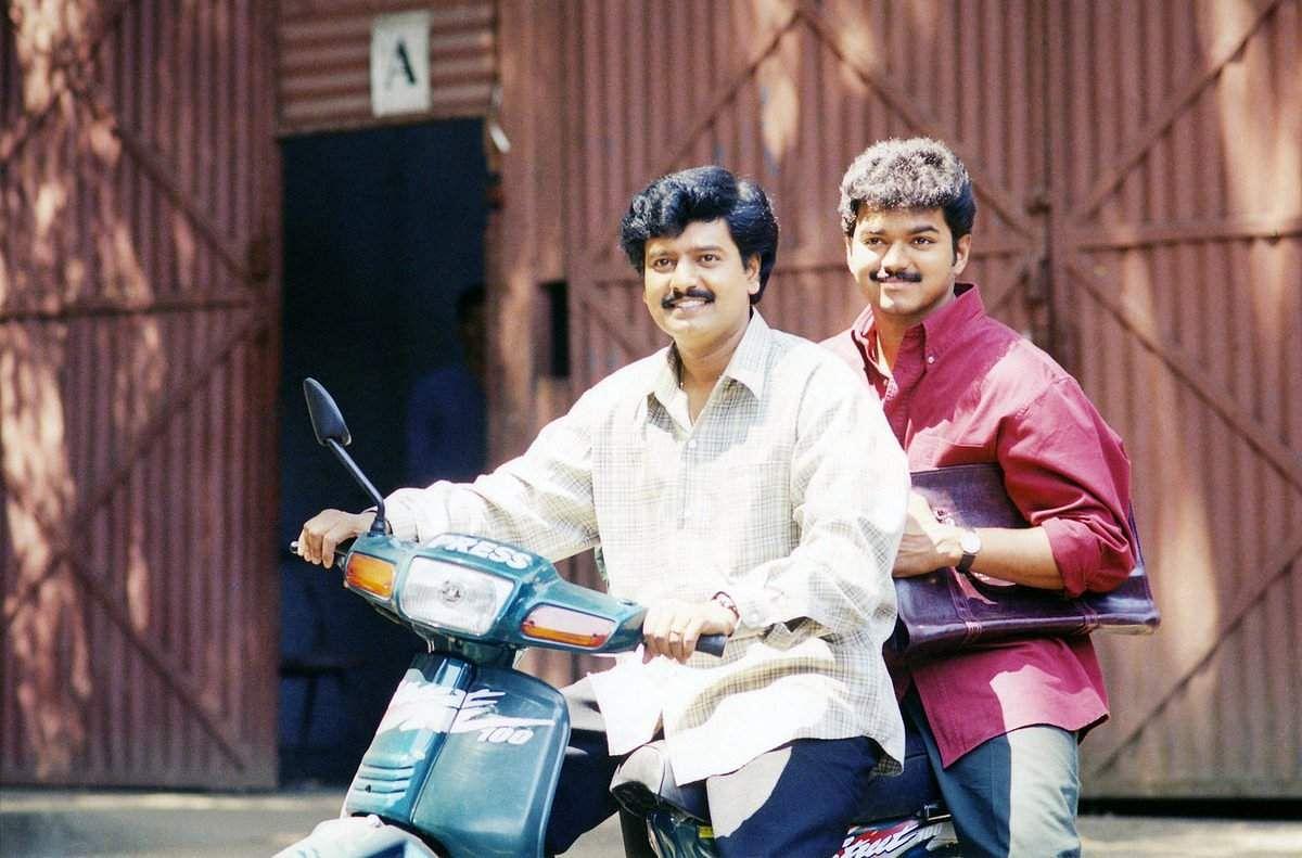 Vijay meets VIvekh's family; offers his condolences